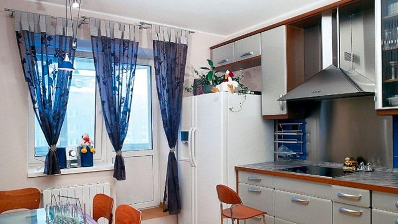 дизайн окна на кухне с балконом как украсить кухонное окно